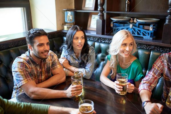 Amigos cerveja assistindo futebol bar pub Foto stock © dolgachov