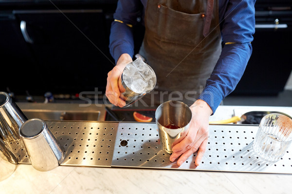 Barman ijs shaker cocktail bar alcohol Stockfoto © dolgachov