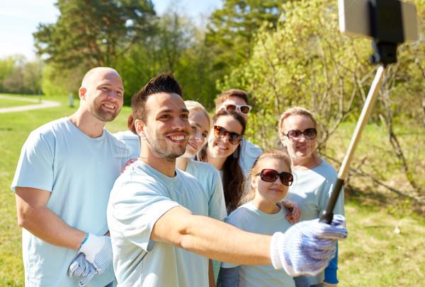 Groep vrijwilligers smartphone vrijwilligerswerk liefdadigheid Stockfoto © dolgachov