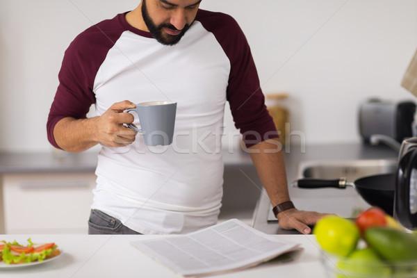 Stockfoto: Man · koffie · lezing · krant · home · keuken