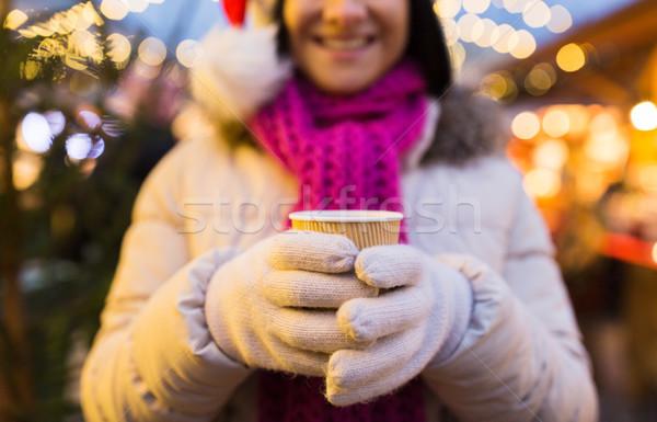 Kobieta kubek gorący napój christmas rynku zimą Zdjęcia stock © dolgachov