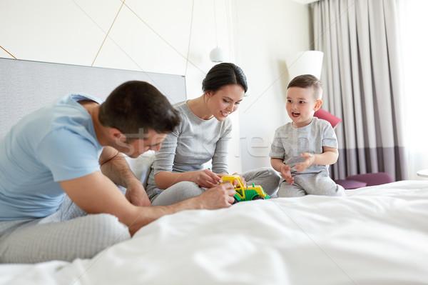 Família feliz cama casa quarto de hotel pessoas família Foto stock © dolgachov