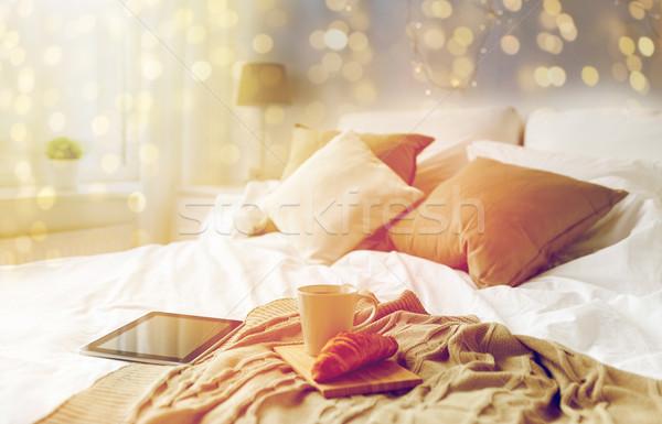 Taza de café croissant cama casa tecnología Foto stock © dolgachov