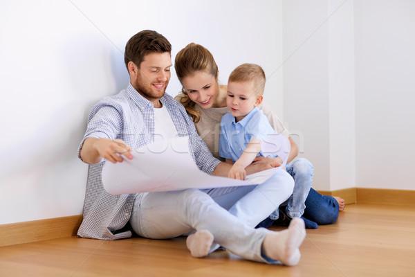 Gelukkig gezin blauwdruk bewegende nieuw huis hypotheek mensen Stockfoto © dolgachov