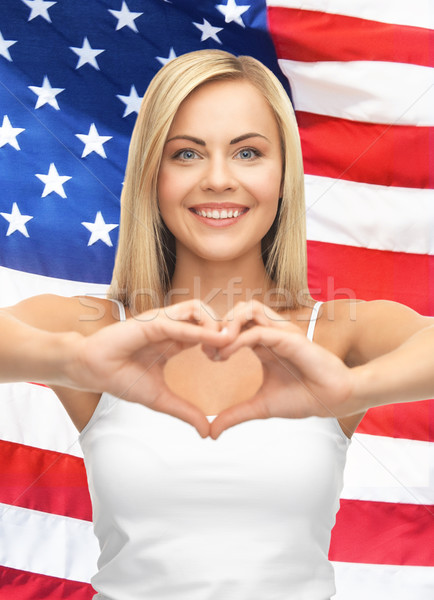 Stockfoto: Vrouw · tonen · hartvorm · witte · tank · handen