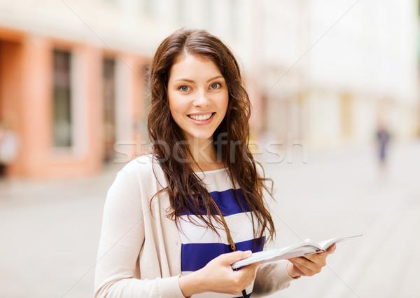 Meisje naar toeristische boek stad vakantie Stockfoto © dolgachov