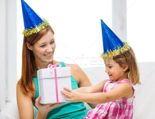 Anya lánygyermek kék sapkák szívesség agancs Stock fotó © dolgachov