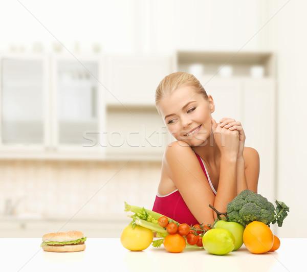 Donna frutti hamburger fitness dieta sanitaria Foto d'archivio © dolgachov