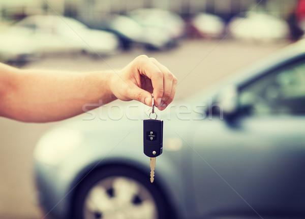 Férfi slusszkulcs kívül közlekedés tulajdonjog autó Stock fotó © dolgachov