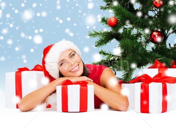 Gülümseyen kadın yardımcı şapka hediye kutuları Noel Stok fotoğraf © dolgachov