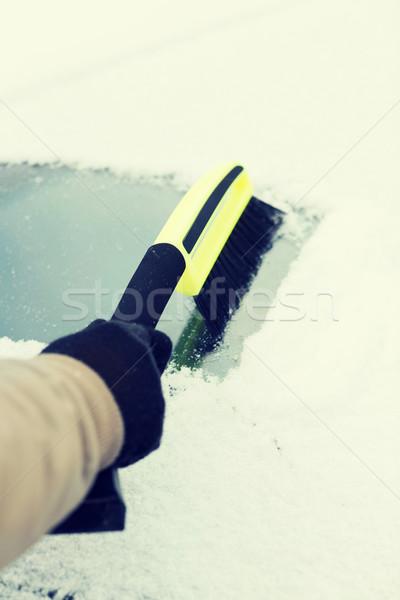 Homem limpeza neve carro pára-brisas escove Foto stock © dolgachov