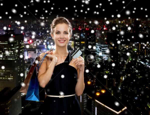 Mosolygó nő bevásárlótáskák hitelkártya vásárlás vásár bankügylet Stock fotó © dolgachov