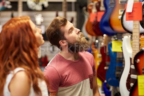 Paar muzikanten gitaar muziek store verkoop Stockfoto © dolgachov