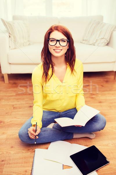Souriant adolescente maison éducation technologie Photo stock © dolgachov