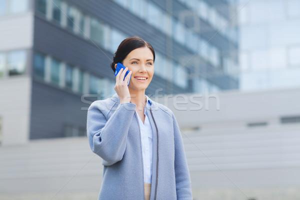 Foto stock: Jovem · sorridente · empresária · chamada · pessoas · de · negócios
