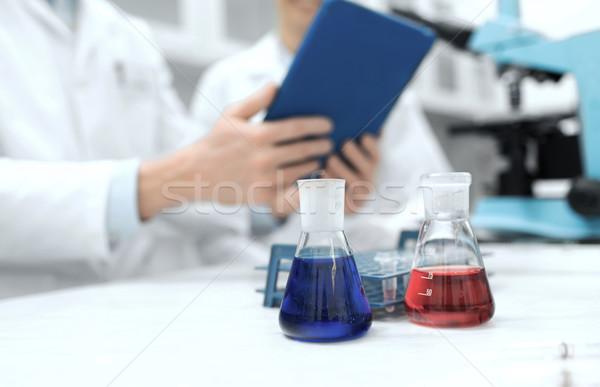 Közelkép tudósok táblagép tudomány kémia technológia Stock fotó © dolgachov