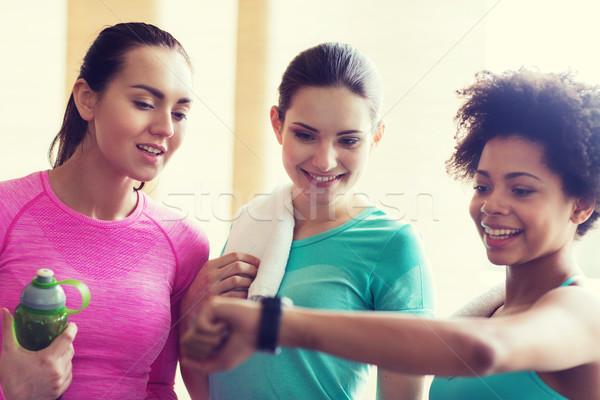 Boldog nők mutat idő karóra tornaterem Stock fotó © dolgachov
