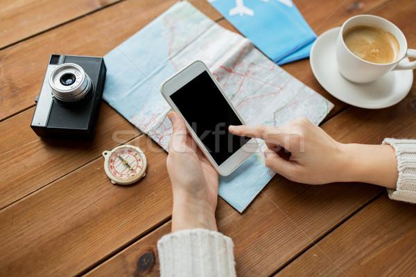 Reiziger handen smartphone kaart vakantie Stockfoto © dolgachov