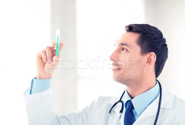 Médecin de sexe masculin seringue injection homme Photo stock © dolgachov