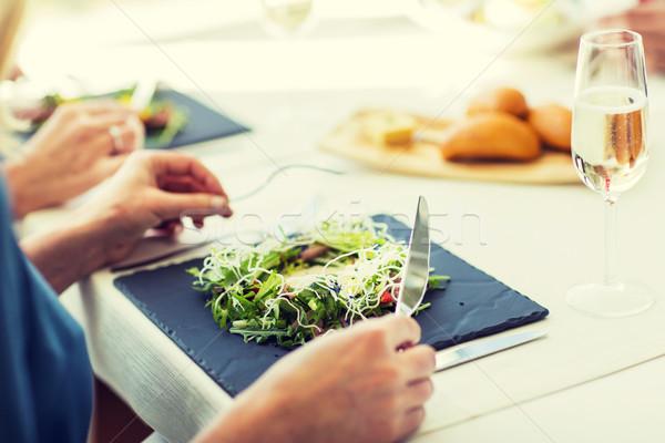 Kobieta jedzenie Sałatka restauracji ludzi Zdjęcia stock © dolgachov