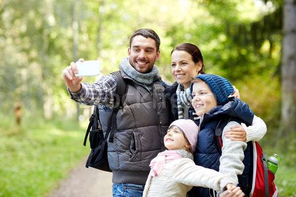 Rodziny smartphone lesie podróży turystyki Zdjęcia stock © dolgachov