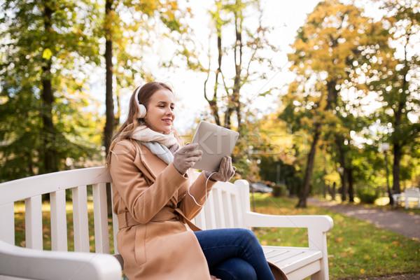 Mujer auriculares otono parque temporada Foto stock © dolgachov