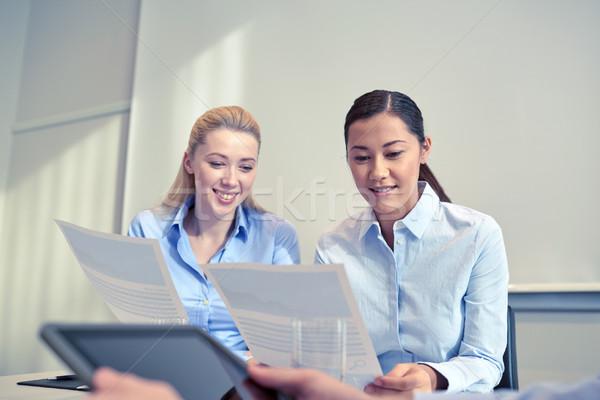 Souriant affaires réunion bureau gens d'affaires travail d'équipe Photo stock © dolgachov