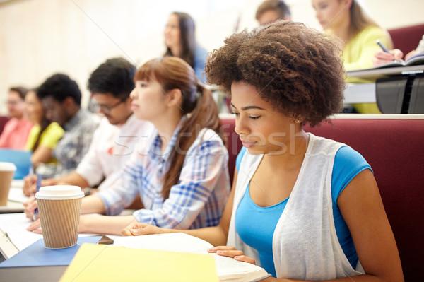 Gruppe Studenten Kaffee schriftlich Vortrag Bildung Stock foto © dolgachov