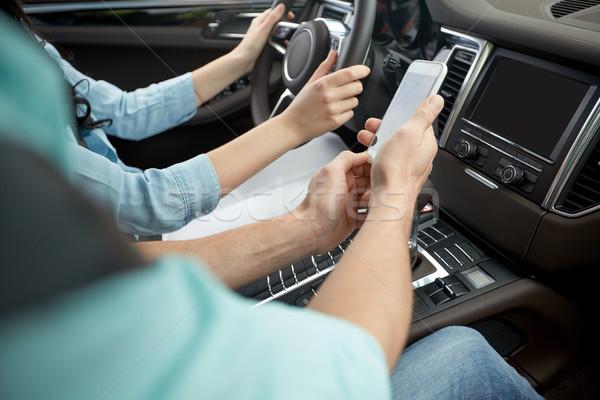 Szczęśliwy człowiek kobieta smartphone jazdy samochodu Zdjęcia stock © dolgachov