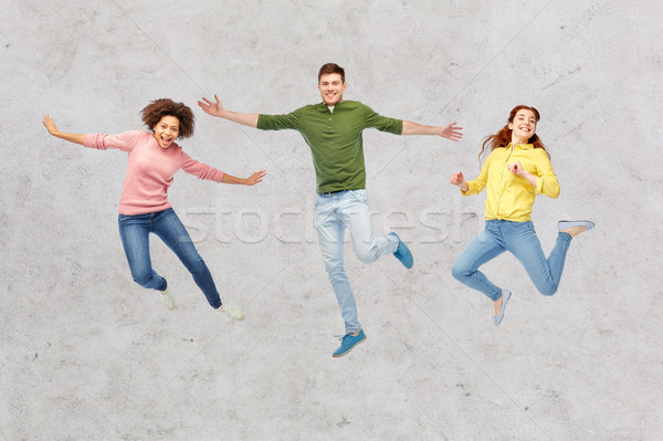 Glimlachend jonge man springen lucht geluk vrijheid Stockfoto © dolgachov