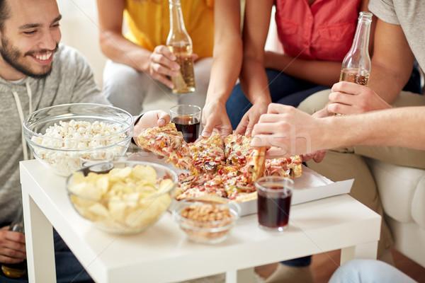 Foto stock: Feliz · amigos · bebidas · alimentação · pizza · casa