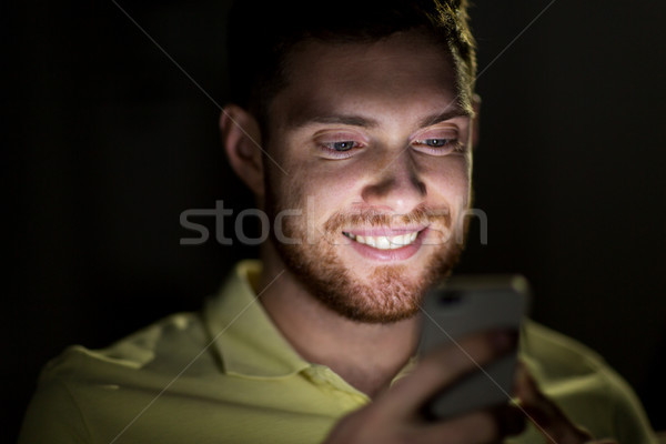 Stockfoto: Gelukkig · jonge · man · smartphone · nacht · technologie · internet