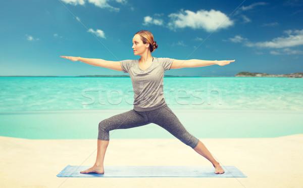 Vrouw yoga krijger pose fitness Stockfoto © dolgachov