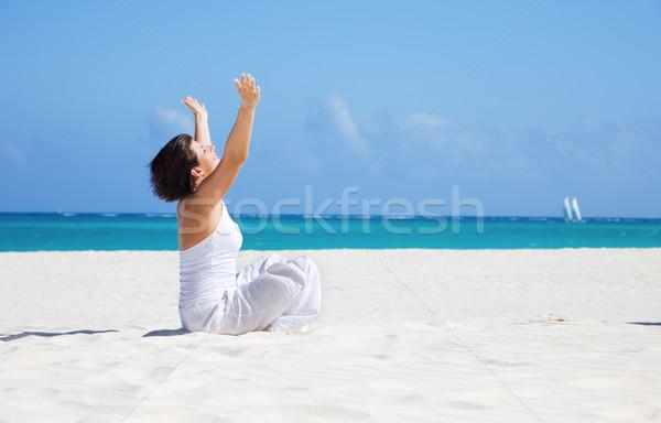Meditáció tengerpart boldog nő lótusz póz Stock fotó © dolgachov