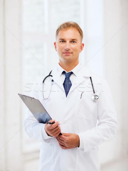 Mężczyzna lekarz stetoskop schowek opieki zdrowotnej medycznych człowiek Zdjęcia stock © dolgachov