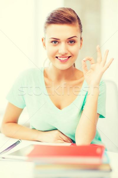 Gülen öğrenci kız eğitim teknoloji Stok fotoğraf © dolgachov