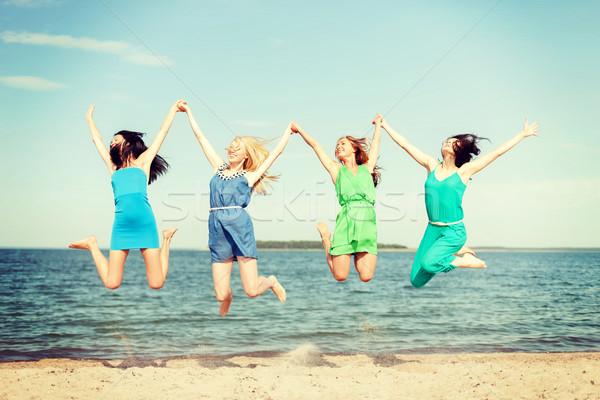 Uśmiechnięty dziewcząt skoki plaży lata wakacje Zdjęcia stock © dolgachov