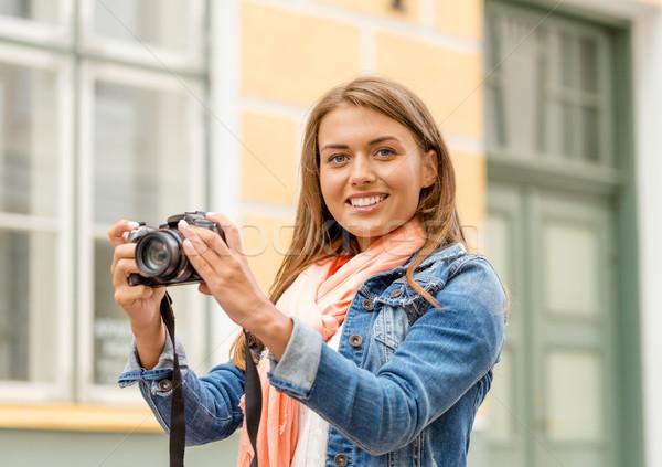 Glimlachend meisje stad reizen vakantie technologie Stockfoto © dolgachov