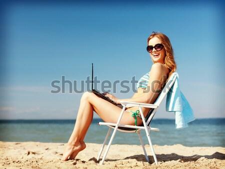 Gülen genç kadın güneşlenme salon plaj yaz tatili Stok fotoğraf © dolgachov