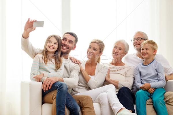famille heureuse smartphone maison famille bonheur g n ration photo stock syda. Black Bedroom Furniture Sets. Home Design Ideas