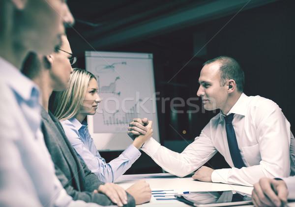 Mujer de negocios empresario pulseada negocios oficina reunión Foto stock © dolgachov