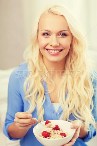 Glimlachende vrouw kom müsli ontbijt gezondheidszorg voedsel Stockfoto © dolgachov