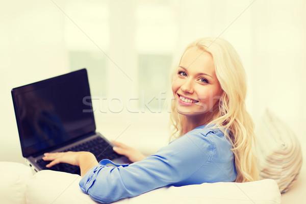 Mosolygó nő laptop számítógép otthon technológia internet ül Stock fotó © dolgachov