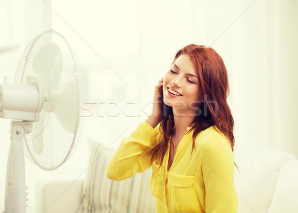 Glimlachend tienermeisje groot fan home Stockfoto © dolgachov