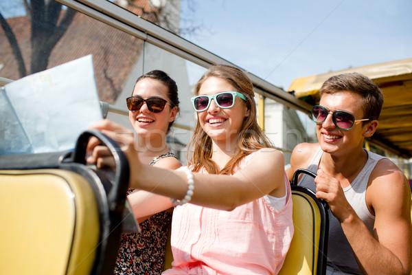 Groep glimlachend vrienden tour bus Stockfoto © dolgachov