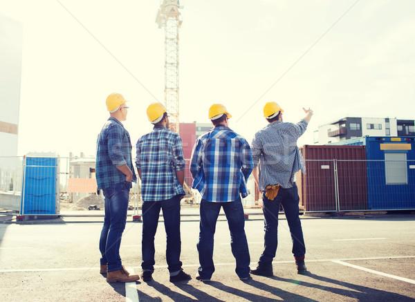 Csoport építők kint üzlet épület csapatmunka Stock fotó © dolgachov