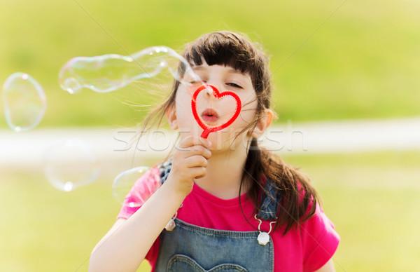 Meisje zeepbellen buitenshuis zomer jeugd Stockfoto © dolgachov