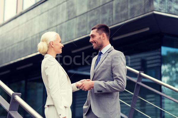 Foto stock: Sonriendo · empresarios · apretón · de · manos · calle · negocios
