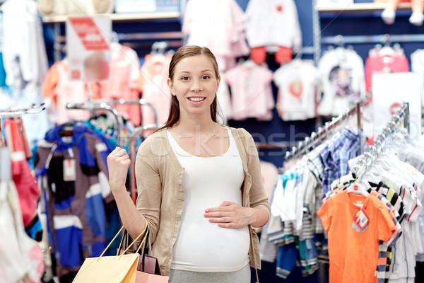 Feliz mujer embarazada compras ropa tienda embarazo Foto stock © dolgachov