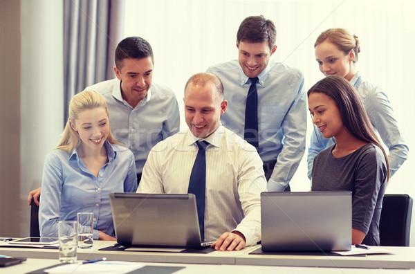 Souriant gens d'affaires bureau gens d'affaires technologie Photo stock © dolgachov